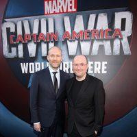 Christopher Markus y Stephen McFeely en la premiere mundial de 'Capitán América: Civil War'
