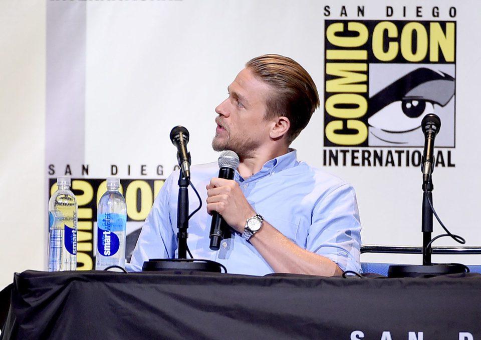 Charlie Hunnam hablando en la Comic-Con