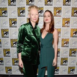 Brie Larson y Tilda Swinton en la Comic-Con