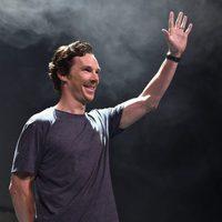 Benedict Cumberbatch saluda