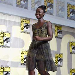 Lupita Nyong'o llegando al panel de Marvel