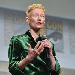 Tilda Swinton hablando durante la Comic-Con 2016