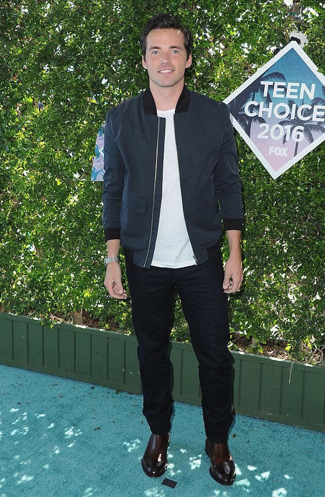 Ian Harding en la alfombra roja de los Teen Choice Awards 2016