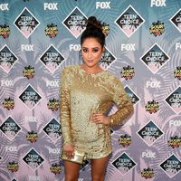 Shay Mitchell en la alfombra roja de los Teen Choice Awards 2016