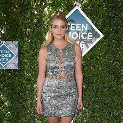 Ashley Benson en la alfombra roja de los Teen Choice Awards 2016