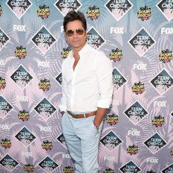 John Stamos en la alfombra roja de los Teen Choice Awards 2016