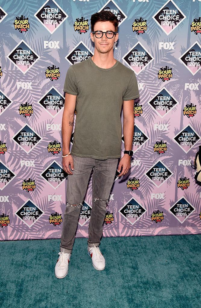 Grant Gustin en la alfombra roja de los Teen Choice Awards 2016
