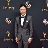 Randall Park en la alfombra roja de los Emmy 2016