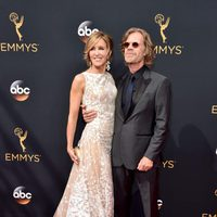 Felicity Huffman y William H. Macy en los Emmy 2016
