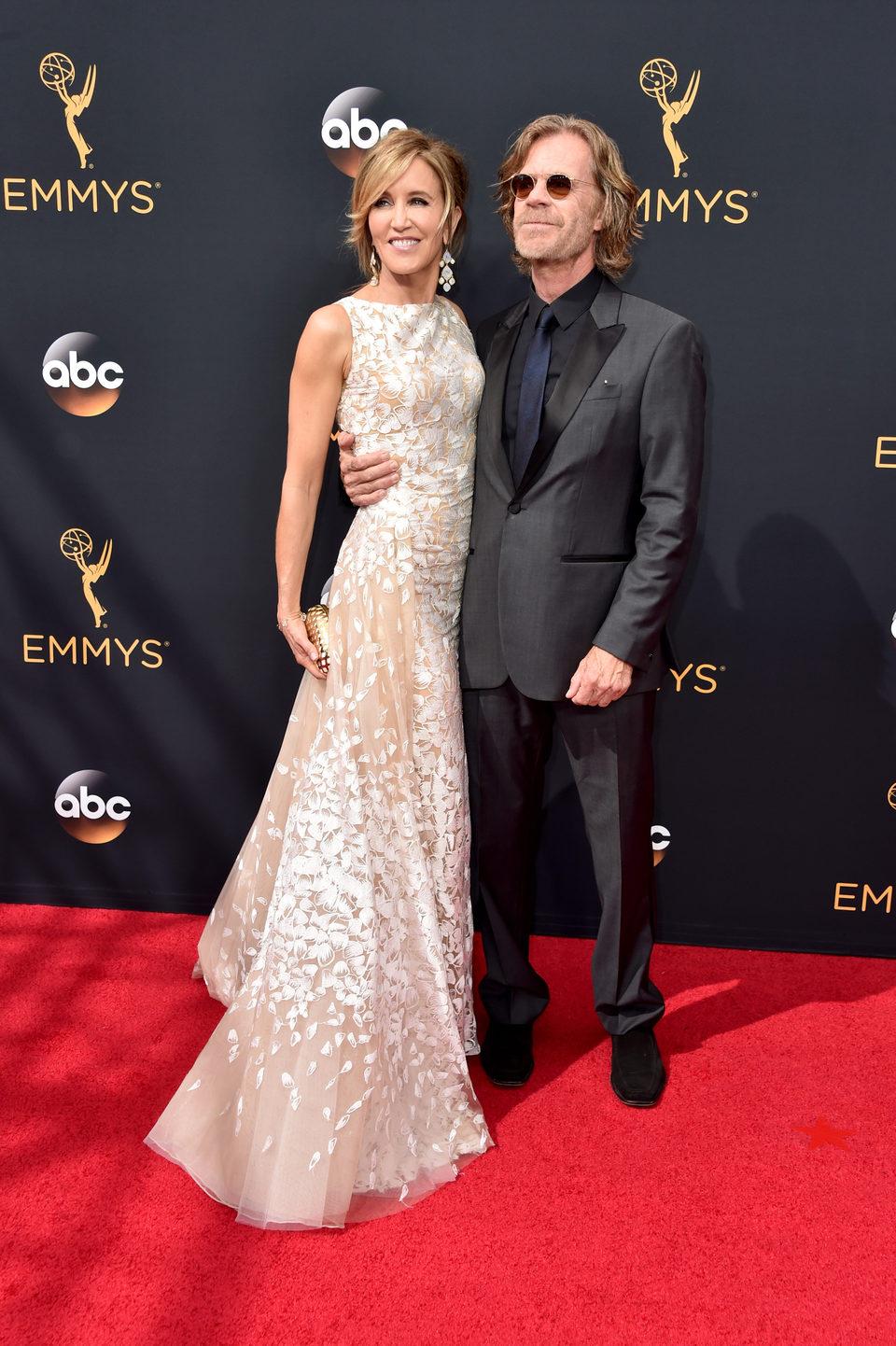 Felicity Huffman y William H. Macy en los Emmy 2016