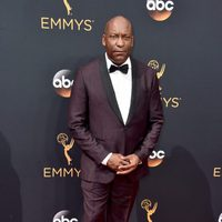 John Singleton en la alfombra roja de los Emmy 2016