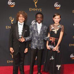 Gaten Matarazzo, Caleb McLaughlin y Millie Bobby Brown en la alfombra roja de los Emmy 2016