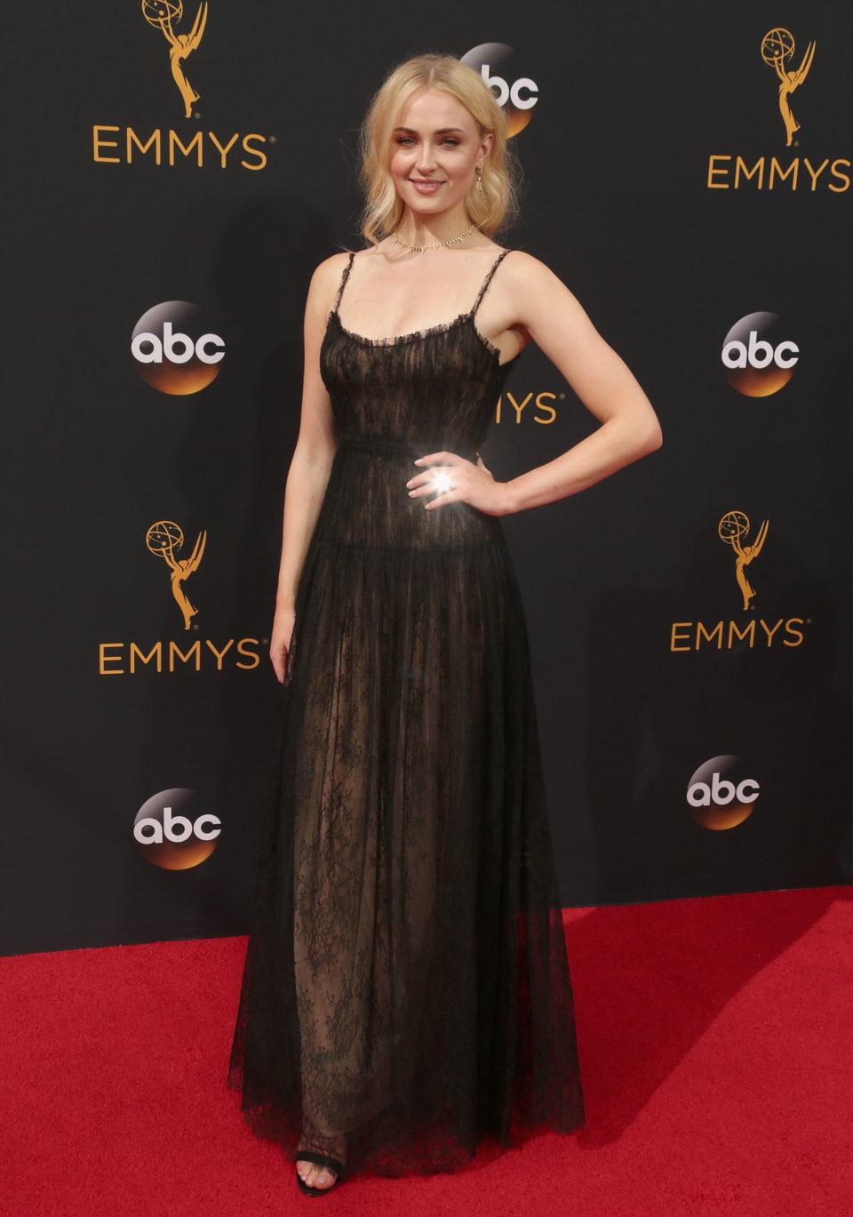 Sophie Turner en la alfombra roja de los Emmy 2016