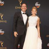 Jerry Seinfeld y Jessica Seinfeld en la alfombra roja de los Emmy 2016