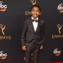 Miles Brown en la alfombra roja de los Emmy 2016