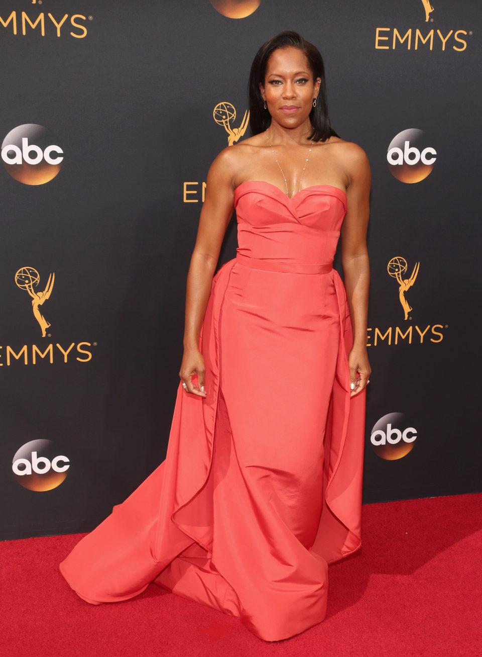 Regina King en la alfombra roja de los Emmy 2016