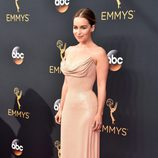 Emilia Clarke en la alfombra roja de los Emmy 2016