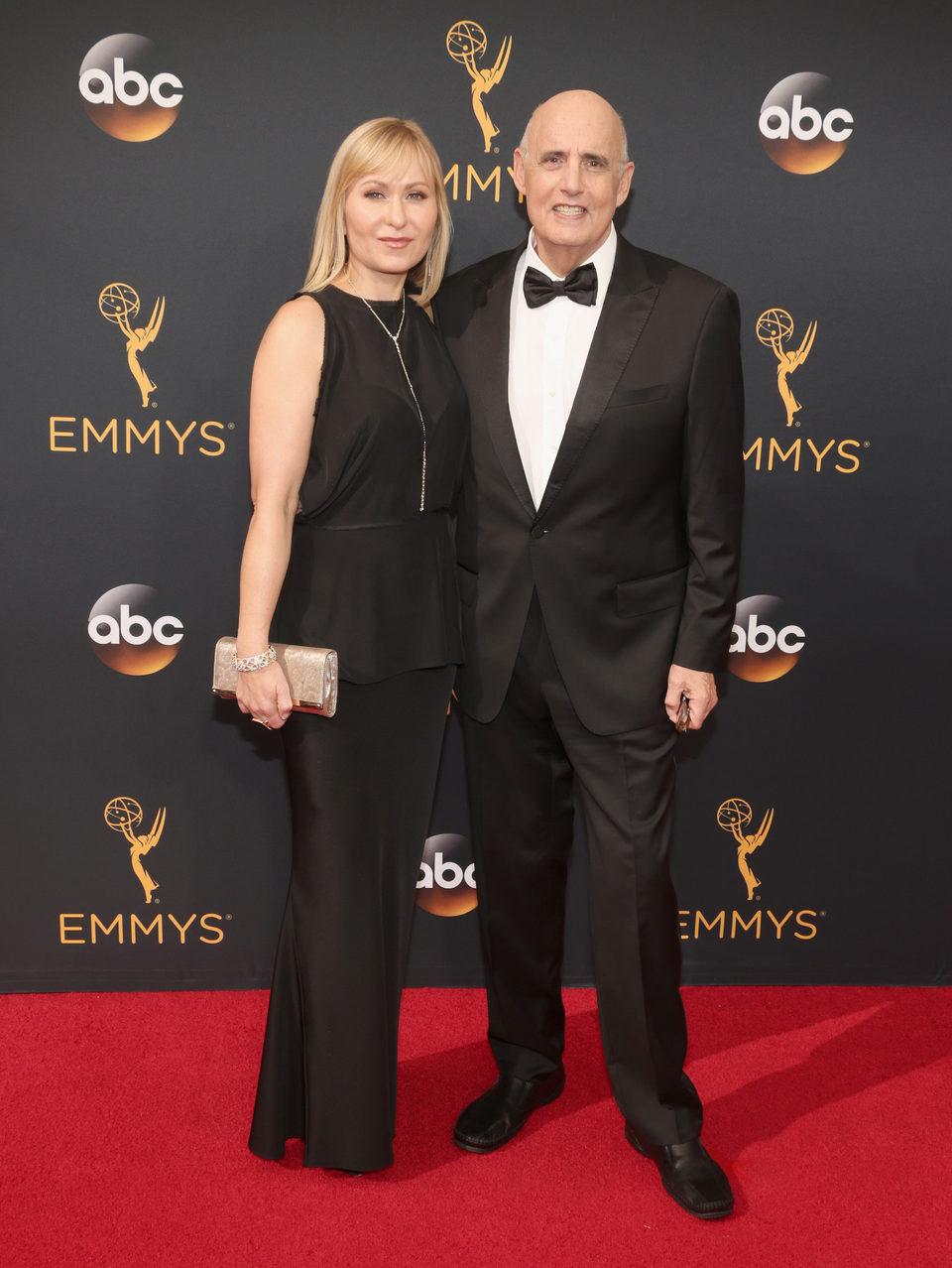 Jeffrey Tambor y  Kasia Ostlun en la alfombra roja de los Emmy 2016