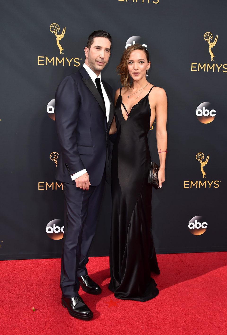 David Schwimmer y Zoe Buckman en la alfombra roja de los Emmy 2016