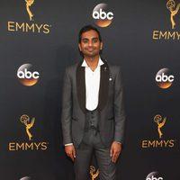 Aziz Ansari en la alfombra roja de los Emmy 2016
