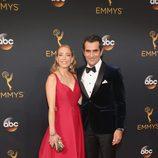 Ty Burrell y Holly Burrell en la alfombra roja de los Emmy 2016