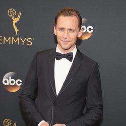 Tom Hiddleston en la alfombra roja de los Emmy 2016