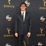 Pedro Pascal en la alfombra roja de los Emmy 2016