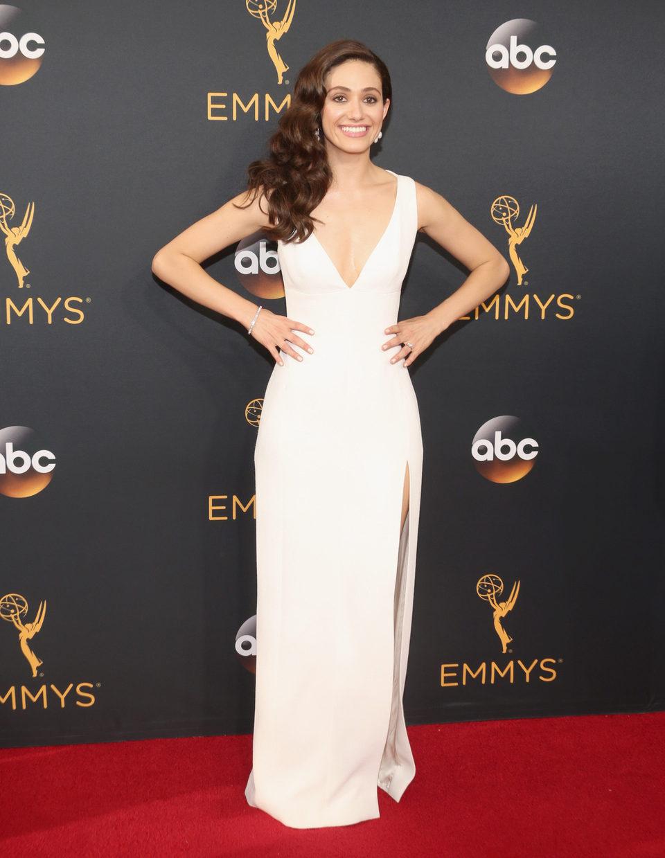Emmy Rossum en la alfombra roja de los Emmy 2016