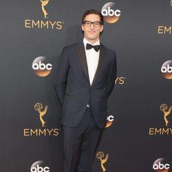 Andy Samberg en la alfombra roja de los Emmy 2016