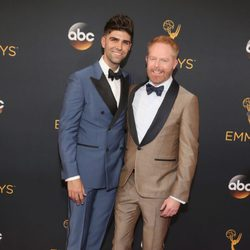 Jesse Tyler Ferguson and Justin Mikita en la alfombra roja de los Emmy 2016
