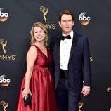 Derek Cecil en la alfombra roja de los Emmy 2016