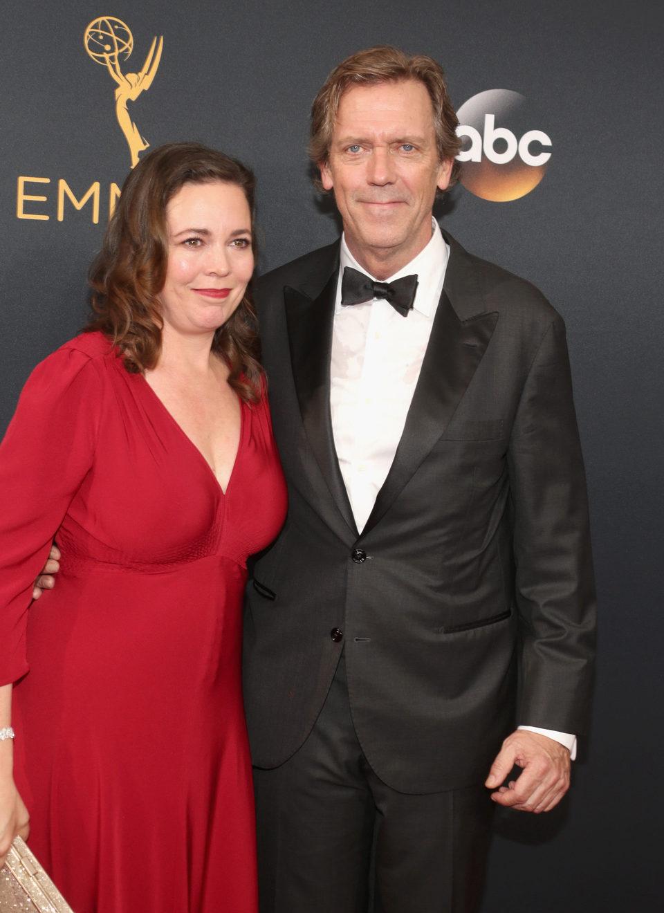 Hugh Laurie y Olivia Colman en la alfombra roja de los Emmy 2016