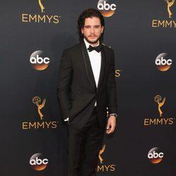 Kit Harington en la alfombra roja de los Emmy 2016