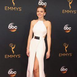 Aimee Teegarden en la alfombra roja de los Emmy 2016