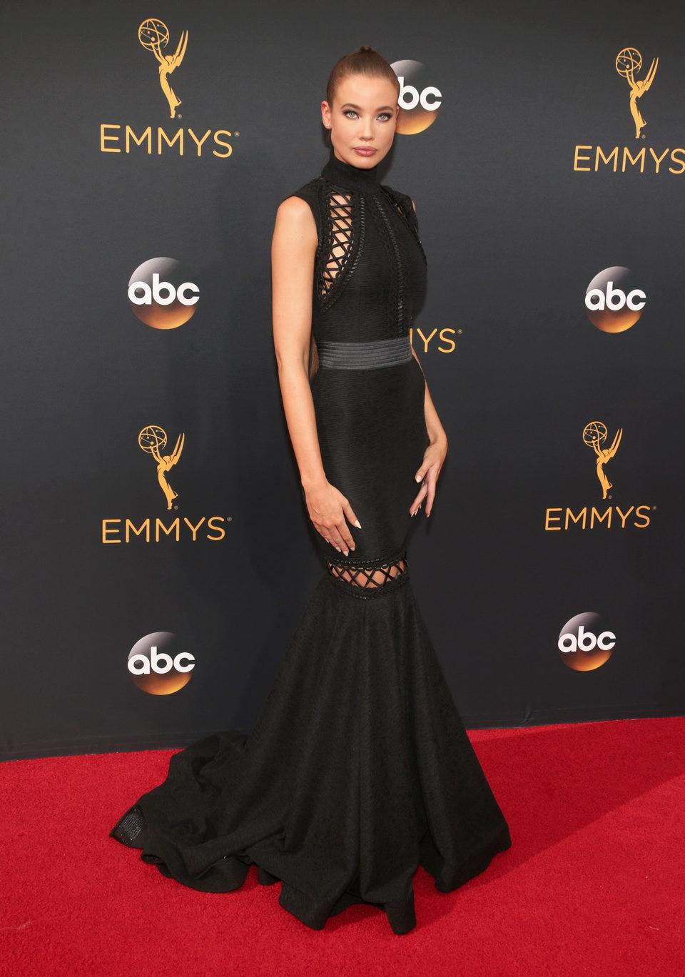 Stephanie Corneliussen en la alfombra roja de los Emmy 2016