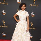 Yara Shahidi en la alfombra roja de los Emmy 2016