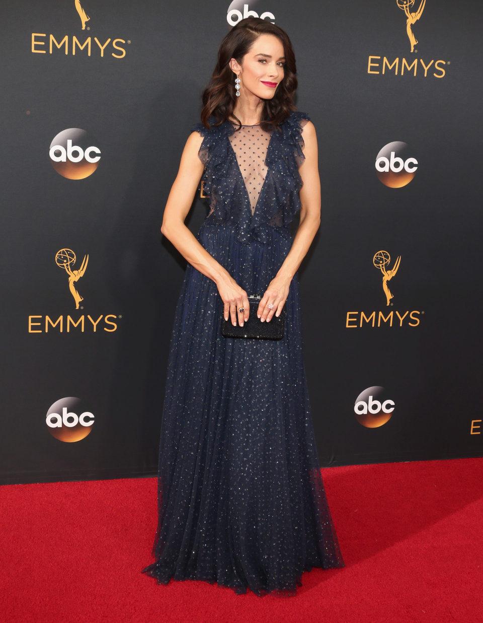 Abigail Spencer en la alfombra roja de los Emmy 2016