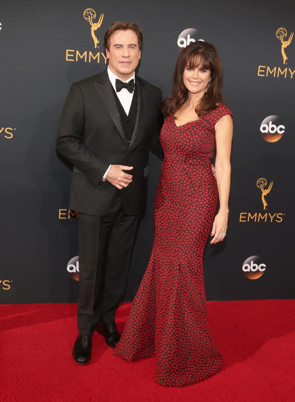 John Travolta y Kelly Preston en la alfombra roja de los Emmy 2016