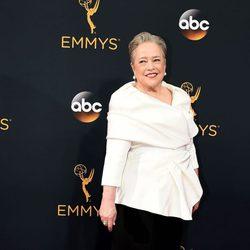 Kathy Bates en la alfombra roja de los Emmy 2016
