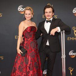 Rupert Friend and Aimee Mullins en la alfombra roja de los Emmy 2016