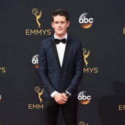 Alex MacNicoll en la alfombra roja de los Emmy 2016
