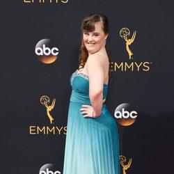 Jamie Brewer en la alfombra roja de los Emmy 2016