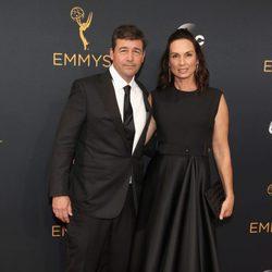 Kyle Chandler y Kathryn Chandler en la alfombra roja de los Emmy 2016