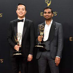 Aziz Ansari y Alan Yang tras la ceremonia de los Emmy 2016