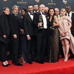 El equipo de 'Veep' tras la ceremonia de los Emmy 2016