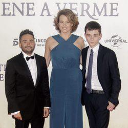 Sigourney Weaver, Bayona y Lewis MacDougall en la premiere de 'Un monstruo viene a verme'
