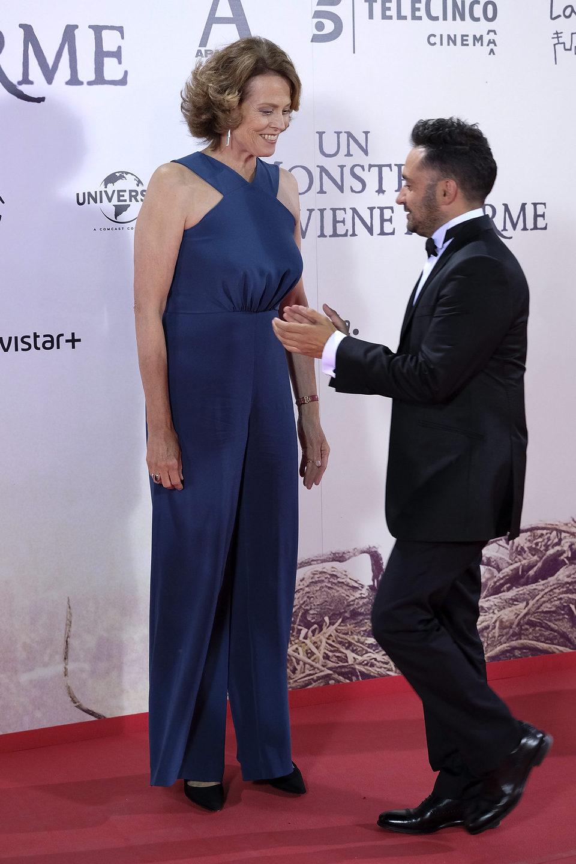 Sigourney Weaver y Bayona en la premiere de 'Un monstruo viene a verme'