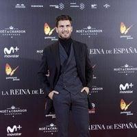 Maxi Iglesias posa en la alfombra roja de la premiere de 'La reina de España'