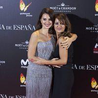 Penélope Cruz junto a su hermana Mónica en la presentación de 'La reina de España'