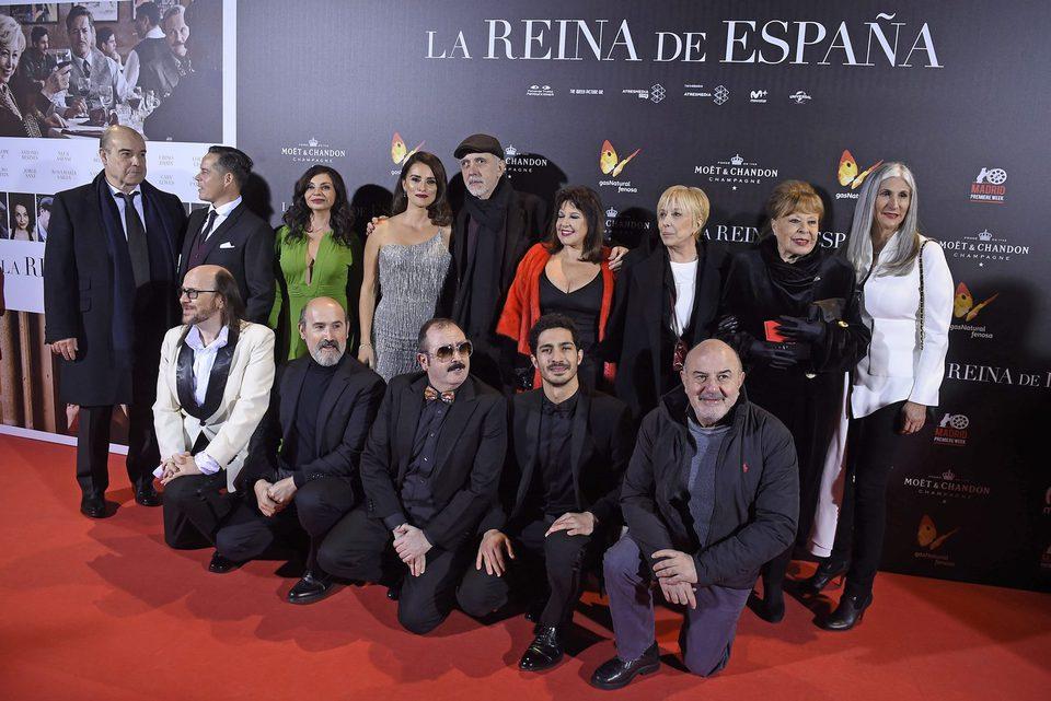 El equipo de 'La reina de España' posa en la alfombra roja de la presentación en Callao